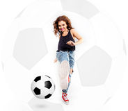 FEMME JOUANT AU FOOTBALL Photos stock