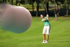 Femme jouant au golf Image stock