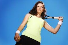 Femme jouant au tennis Image stock