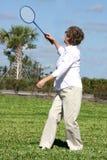 Femme jouant au tennis (badminton) Image stock