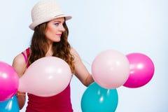Femme jouant avec beaucoup de ballons colorés photo libre de droits
