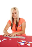 Femme jouant avec des cartes les étalant Photos stock