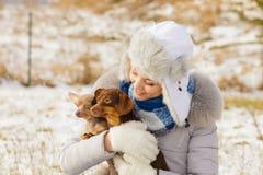 Femme jouant avec des chiens pendant l'hiver photos libres de droits