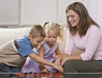 Femme jouant avec des enfants Photos libres de droits