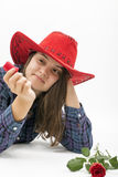Femme jouant avec des pétales de rose d'isolement sur le blanc Photographie stock