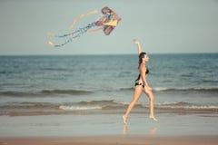 Femme jouant avec le cerf-volant Images libres de droits