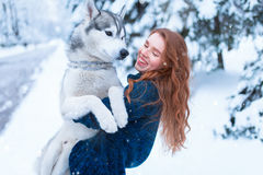 Femme jouant avec le chien enroué, amitié pour toujours Images libres de droits