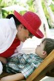 Femme jouant avec le garçon Photographie stock libre de droits