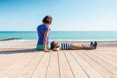 Femme jouant avec son fils sur la plage photographie stock libre de droits