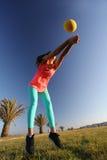 Femme jouant avec une boule Photos stock