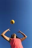 Femme jouant avec une boule Photo stock