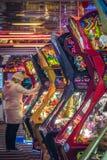 Femme jouant dans l'arcade d'amusement photos libres de droits