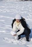 Femme jouant dans la neige Photo libre de droits