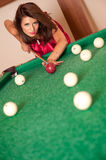 Femme jouant des billards Photo stock