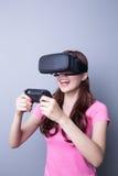 Femme jouant des jeux avec le vr Photo stock