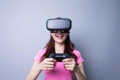 Femme jouant des jeux avec le vr Photos stock