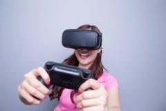 Femme jouant des jeux avec le vr Photos libres de droits