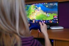 Femme jouant des jeux d'ordinateur Photos libres de droits