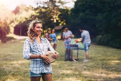 Femme jouant des tambours ayant l'amusement en nature Image stock