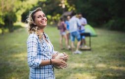 Femme jouant des tambours ayant l'amusement en nature Photographie stock