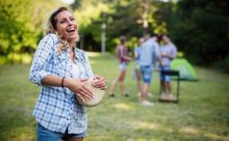 Femme jouant des tambours ayant l'amusement en nature Photographie stock libre de droits
