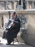 Femme jouant l'accordéon sur le trottoir de Berlin image libre de droits