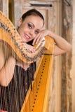 Femme jouant l'instrument d'harpe photographie stock