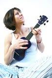 Femme jouant l'ukulele image stock