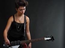 Femme jouant la guitare Photographie stock libre de droits