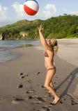 Femme jouant la plage rican de côte de bille de plage Photos stock
