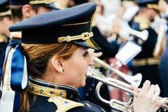 Femme jouant la trompette avec la bande de musique dans le cortège de Pâques dans C image stock
