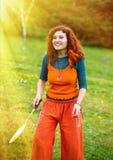Femme jouant le badminton en parc, sport dans la lumière du soleil Photo stock