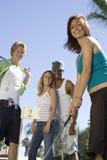 Femme jouant le golf avec des amis Photos libres de droits