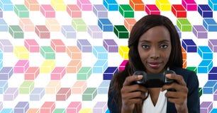 Femme jouant le jeu d'ordinateur avec le modèle géométrique coloré photos stock