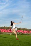 Femme jouant le jeu de badminton dans le stade Photo stock