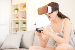 Femme jouant le jeu vidéo dans la réalité virtuelle 3D Image libre de droits