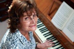 Femme jouant le piano Images libres de droits