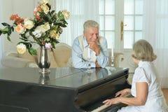 Femme jouant le piano Photographie stock