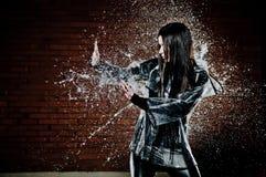 Femme jouant sous la pluie Image libre de droits
