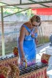 Femme jouant sur l'instrument de musique traditionnel de Balinese gamelan ville courante de coucher du soleil de forme de bel Ind photo libre de droits
