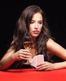 Femme jouant sur la table rouge photographie stock libre de droits