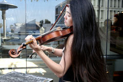 Femme jouant un violon Photographie stock