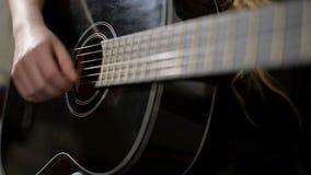 Femme jouant une guitare banque de vidéos