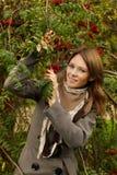 Femme joyeuse à l'extérieur Photo libre de droits