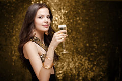 Femme joyeuse élégante fraîche. Photo stock