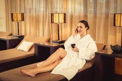 Femme joyeuse amusant dans la chambre de relaxation au salon de beauté images libres de droits