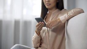 Femme joyeuse appréciant des achats en ligne, utilisant le téléphone pour acheter des produits, magasin images stock
