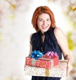 Femme joyeuse avec des cadeaux de boîtes Photo stock