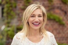 Femme joyeuse avec un sourire de lancement heureux Images libres de droits