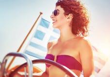 Femme joyeuse conduisant le voilier Image stock